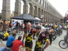 Junto a mi compañero de club Kike, en la meta del acueducto de Segovia